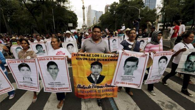Marcha en reclamo por la desaparición y posterior muerte de los 43 estudiante de Ayotzinapa