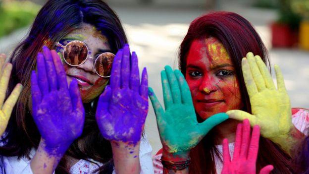 Celebración de la llegada de la primavera en India